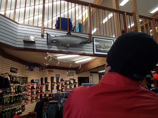 まずは、釣具店で情報収集。
