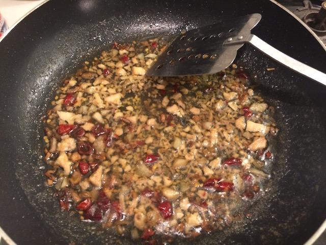 鷹の爪、ナンプラー、塩胡椒で味を整える