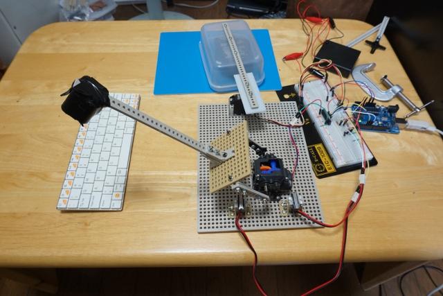 邪魔用のマウスとキーボードの図。マウスはタッパーの中に入っている。イベントが始まる2時間前に完成して死ぬかと思った。