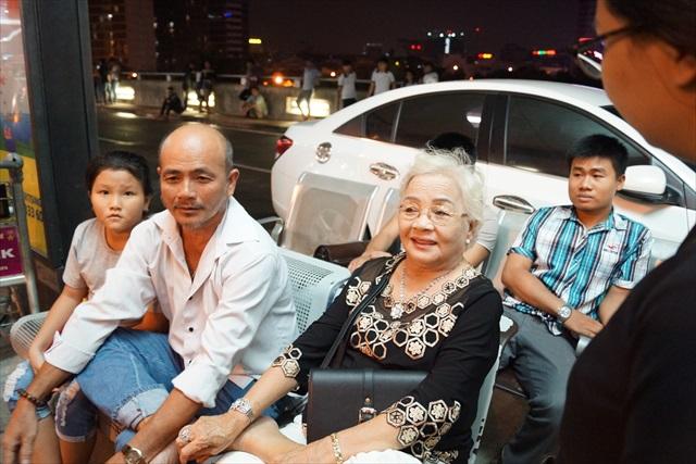 ベンチに座ってくつろいでいた、三世代親子(母、息子、孫)に声を掛ける。