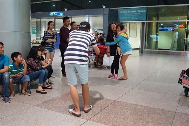 空港内のあちらこちらで撮影している。ベトナム人は写真好きの人が多いので、別れを惜しんでるのか単に撮りたいから撮ったのか分からない。
