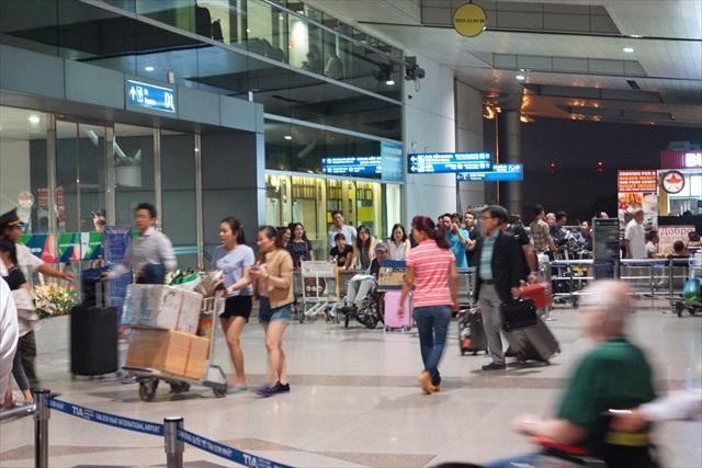空港へ向かう人の中には日本人らしき人々の姿も。そうか、日本行きだもんな。