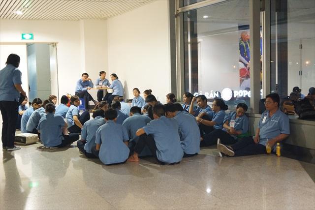夜間の清掃員が待機していた、部活の大会で高校生が集まっている状況みたいだ。