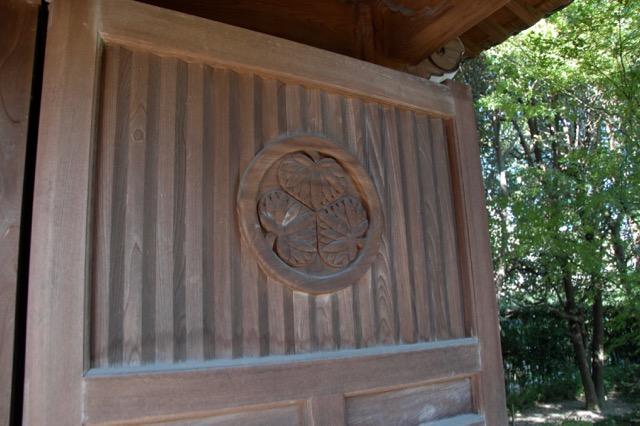 門の扉に葵の紋