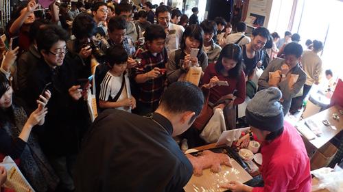 乙幡さんのハンザキハンバーグは作るところからパフォーマンスとして大人気