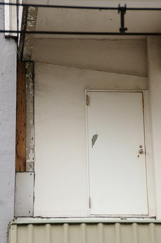 ドアを開け、手前のグレーの何かの上に着地…できそう?