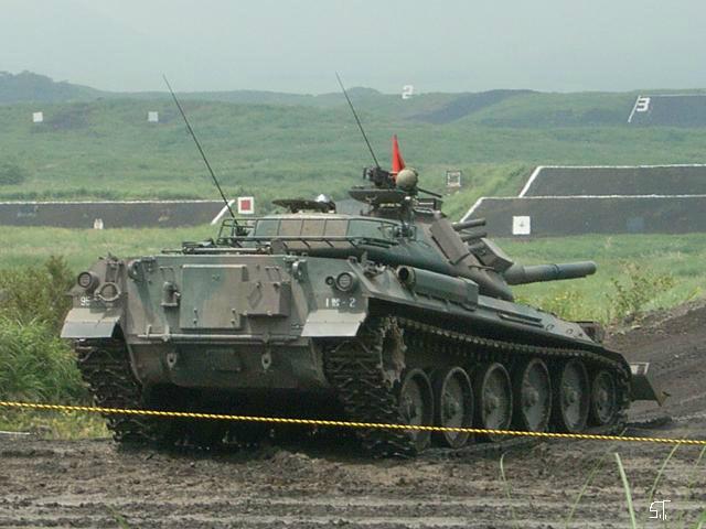 74式戦車に排土板(ドーザーブレード)を装備した車体。応急で小改造を施して、福島第一原発の地域にも輸送されましたね。(みつをこーき)