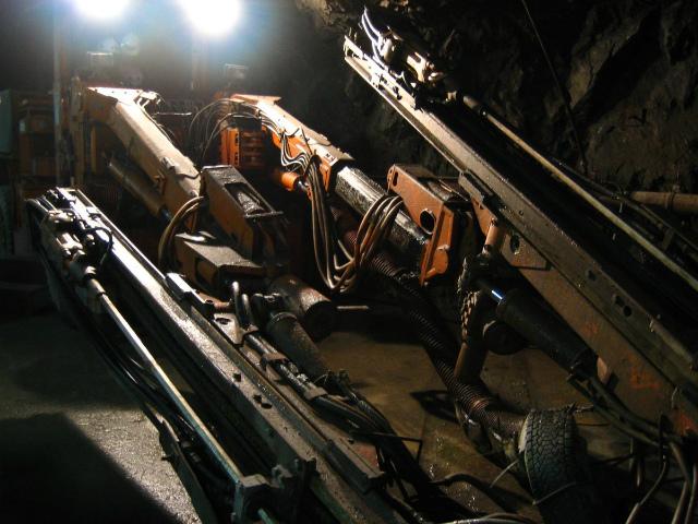 かっこいい機械といえば旧神岡鉱山のジオスペースアドベンチャーで見学した、発破を入れる穴を掘る削岩機ですよ。(今村勇輔)