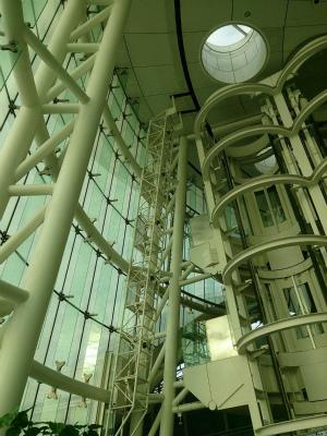 羽田空港第2ターミナルで見かけた機械?です。画像の真ん中より左側に見える梯子のような鉄骨、天井にスリットがあり、この梯子?の上部がスリットの奥に消えています。このスリットはレールで、可動式梯子じゃないかという。(耕作員いとう(三十代男性) )