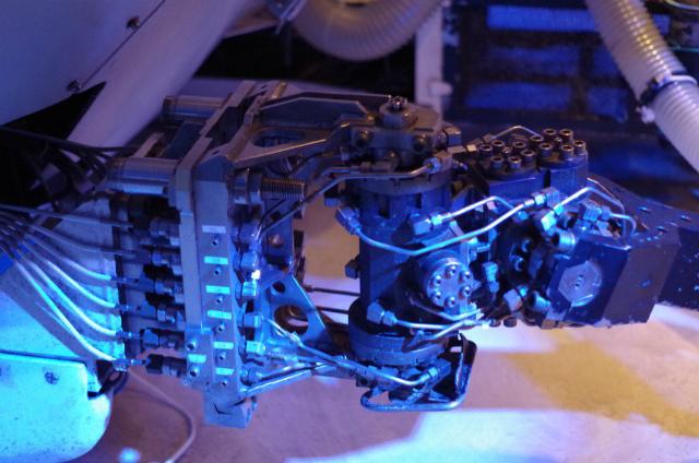 しんかい2000のロボットアーム。 ひきで見るとおもちゃっぽくてちょっとかわいい♪(C.Yoon)