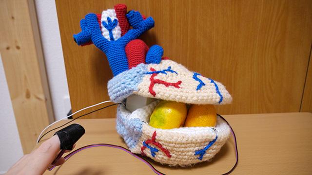 心臓を編んで、心拍と同期させてトクントクン言わせてみた(みかん入れにもなるよ!)