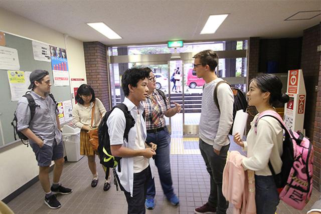 校舎内で待ち合わせ。留学生4人+サポーターの吉田悠生さんと茶畠彩良さん。ひとつ美味いのお願いします。