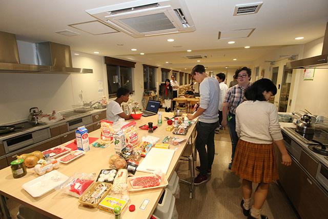 かなり広いキッチン&食堂。設備も新しくて快適だ。