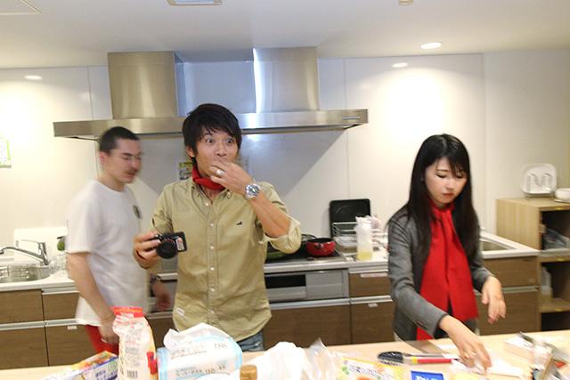 一方、向さんの揚げた唐揚げを遠慮無くバクバクと試食する編集部安藤さんと、ニフティ営業橋本さん。「向さんこれ美味いね!」