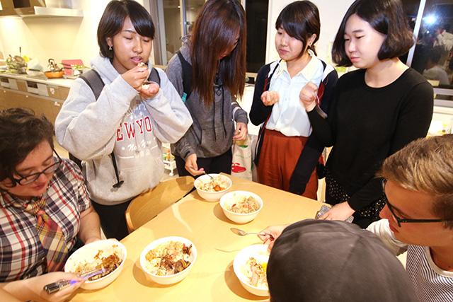 味見に群がる寮生たち。美味いよねー。