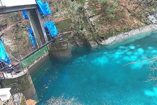 玄倉ダム。このときは水がまぁまぁ溜まっていたので、それなりに青かった。