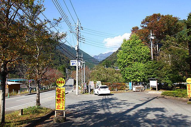 玄倉バス停。トイレと雑貨屋さん、近くに駐車場があります。