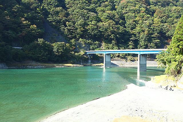 丹沢湖に掛かる玄倉橋。