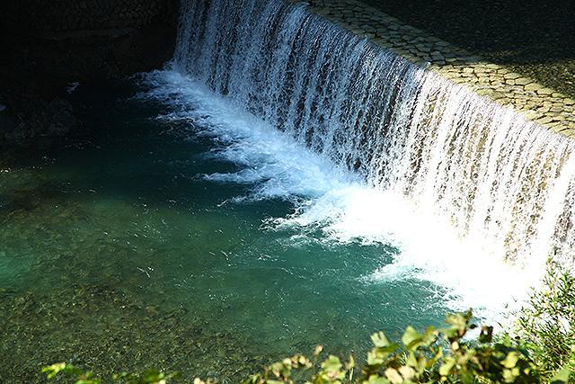 玄倉川は堰堤が多く、その近くは水が深いので青く見える場所がけっこうある。