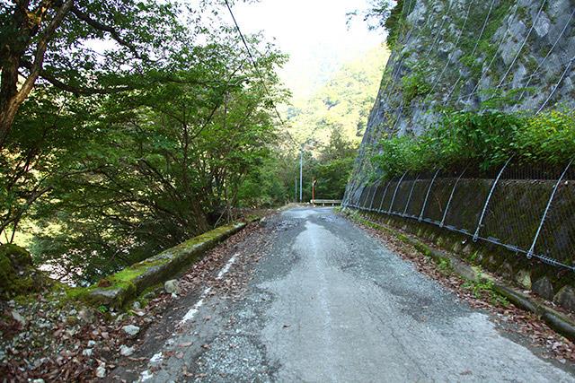 右は崖、左も崖。道に落ちてる石はみんな上から落ちてきたものである。