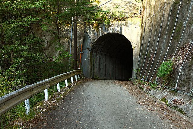 特に長い『新青崩隧道(しんあおざれずいどう)』は途中でカーブしてるので奥が真っ暗。