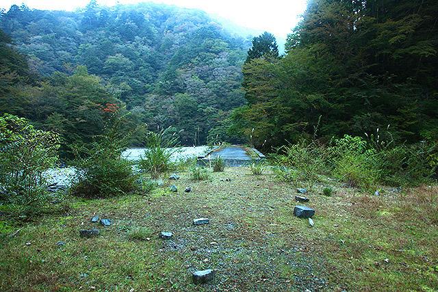 平らで草が生えており、たき火の跡やテント設営に使われたとおぼしき石が散乱していた。
