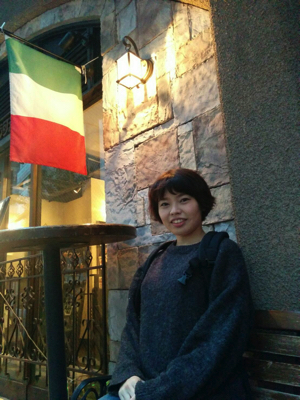 「フランス料理屋の国旗の前で撮ればフランスっぽいのでは!?」と撮 影した写真。家に帰って気づいたがこれはイタリアの国旗だ。