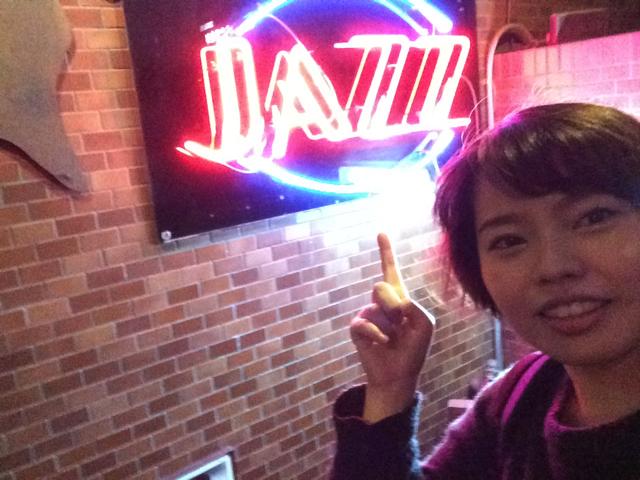「JAZZ」とかいたネオンサイン前で。はいNYに来ました~。