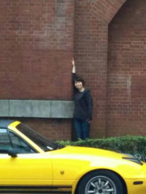 「黄色い車」「レンガ」という海外っぽさの前にもかかわらずかっこよ くならなかった写真。