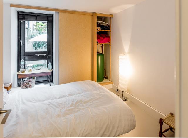 下の階には玄関サイドにもうひとつ寝室があった。さきほどの建築家のマダムと、その娘さんの2人で暮らしているとのこと。