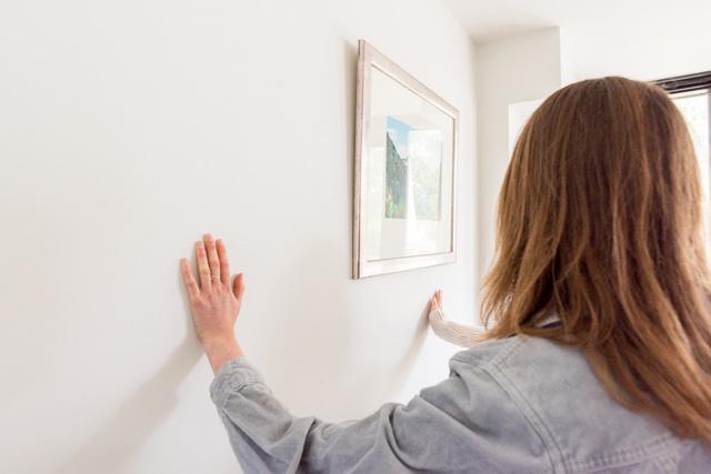 「壁の中に温水パイプが入ってるのよ」という解説に、部屋にいた人がみんな壁を触る。「ほんとだあったかいー!」