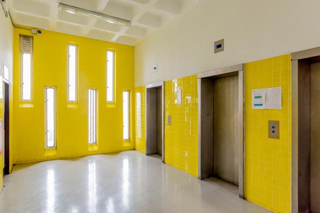 泊まるのは18階の部屋。ここはその階のエレベーターホール。ビビッド! (全天球画像は→こちら)重厚なエレベーターの扉もぐっとくる。