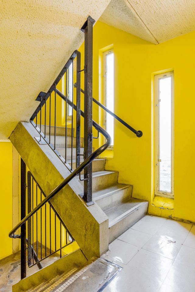 階段室も見事な黄色! (全天球画像は→こちら) 階段室好きとしてはたまらない。