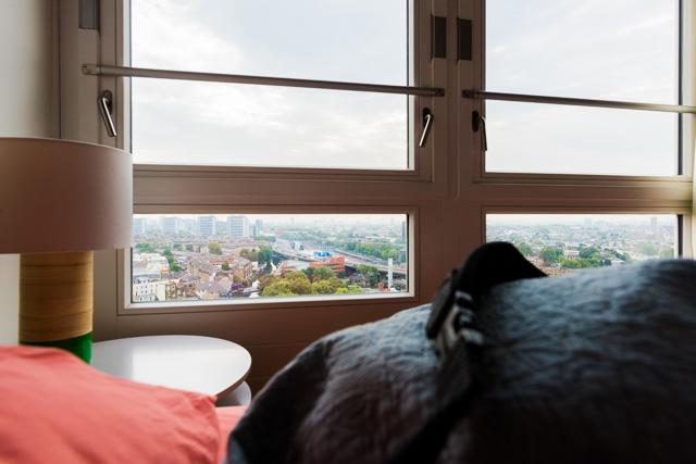 東向きなので、朝日とともに目覚めるかっこうだ。つくづくいい部屋だ!