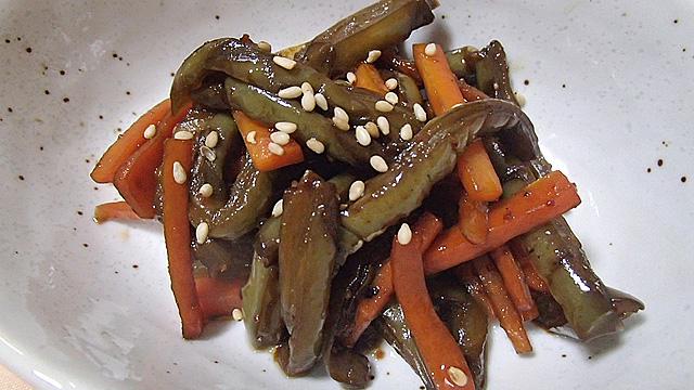 サボテンの塩水漬け缶詰を入手。日本の漬物のような味わいで、塩抜きをしたら和食の食材として便利に使えてしまいました。