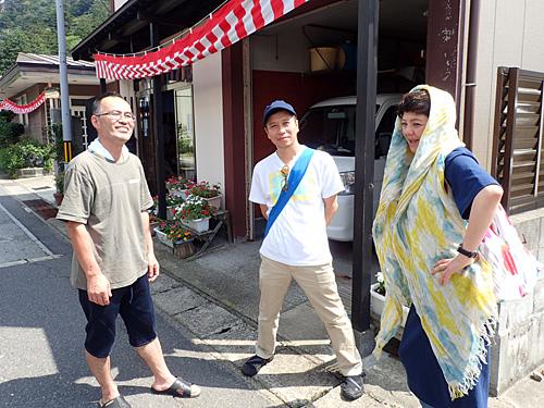 左が工人さんである大沼さん。右は祭りに誘ってくれた友人夫婦。