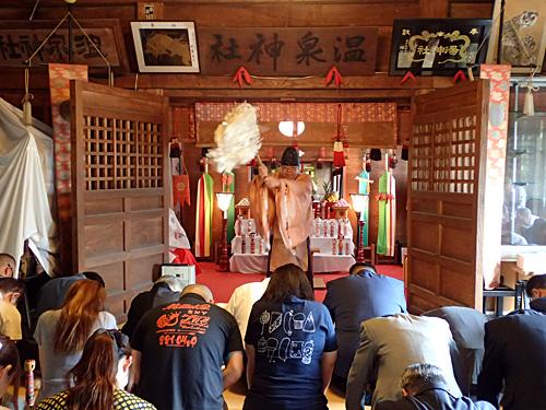 鳴子の工人さん、全国から集まった工人さんが、温泉神社にこけしを奉納する儀式。