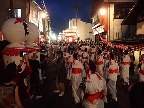 神輿を先頭にしてパレードがスタート。