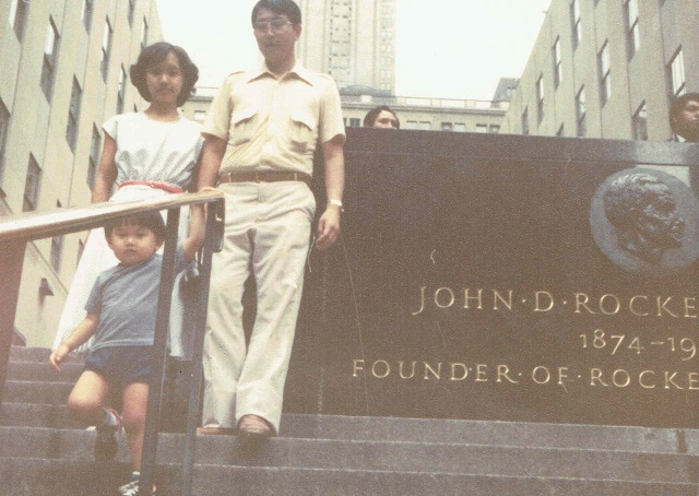 1979年3月のマンハッタンにて。父と母と兄。僕はこの1年半後に生まれる
