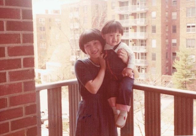 ニューヨークの自宅にて(今回もアメリカ時代の家族写真でお届けします)