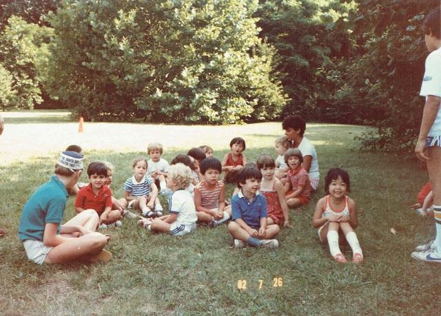 1982年、サマーキャンプにて。アメリカの子どもにまみれる