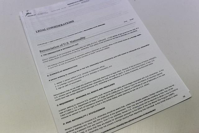 渡された資料。1枚目には国籍の放棄によって失われる権利について書いてある