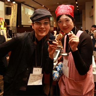 吉田類とおかみさん。吉田類コスプレの人は当然会場の知らない人(ご常連)と乾杯していた。