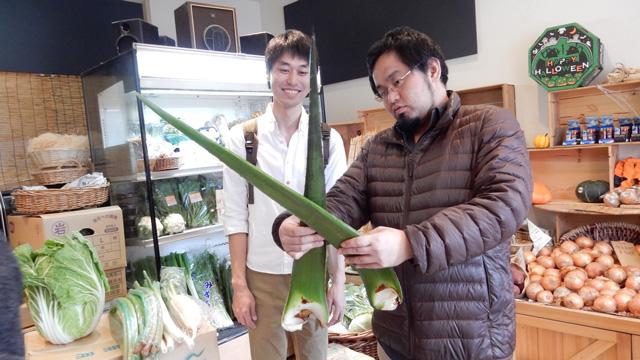 「こうやって背負ったらいいんじゃない?」と提案してくれる。野菜のプロなのだ。
