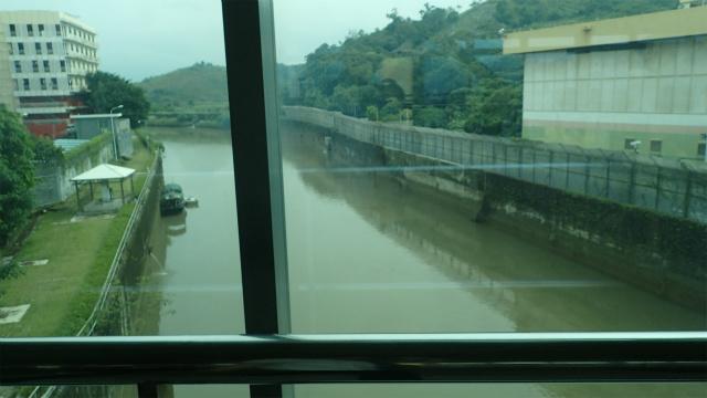 これが国境の川