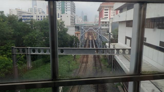 真ん中の鉄橋の向こうが深セン、こちら側が香港