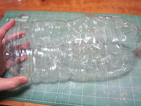 ルーバーっぽい部分は、今にもゴミに出されるべく潰されたコレ(たぶんコンビニのウーロン茶)から取る。他のボトルも探したが、コレの滑り止め的部分以外にない!