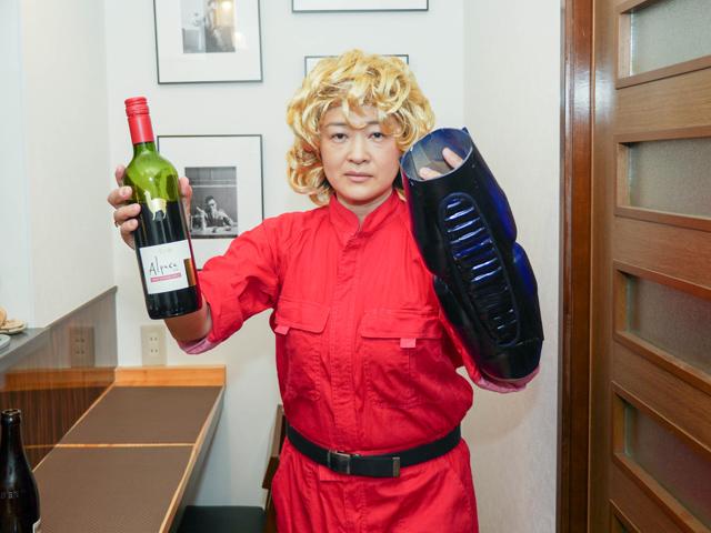 まずはワインをサーブさせていただきます。コ~ブラ~。