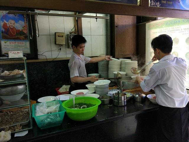 女性ではなく男性が調理してるって、ベトナムでは珍しい風景です。