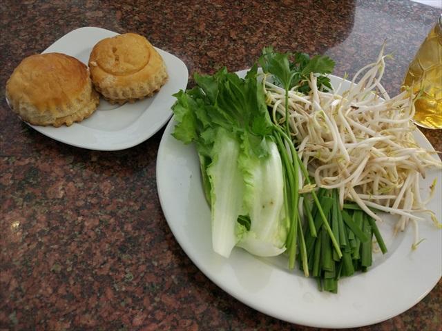 ベトナムの麺類に付け合せの香草や野菜は当たり前、左上は珍しいミートパイか。